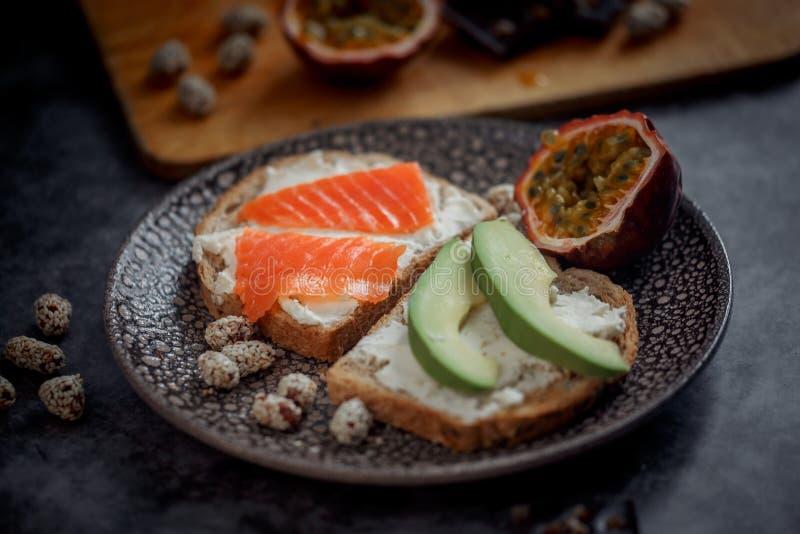 Lancement avec du pain de grain avec l'oeuf au plat image stock