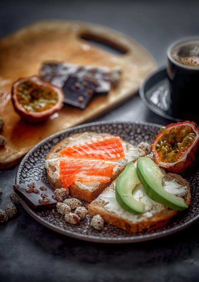 Lancement avec du pain de grain avec l'oeuf au plat photos stock