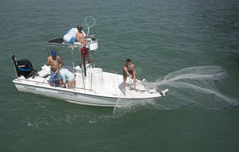 Lancement d'un épervier pour pêcher des poissons pour l'amorce outre de la côte de la Floride Etats-Unis photographie stock