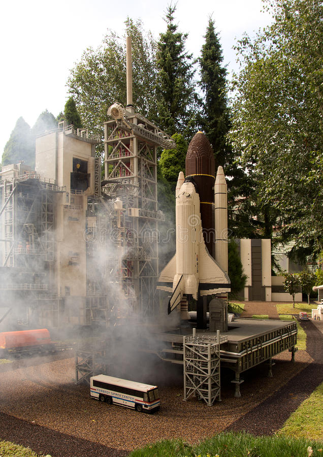 Download Lancement De Navette Spatiale Dans Lego Photo stock éditorial - Image du imitation, fumée: 76076293