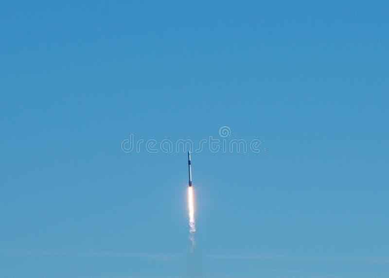 Lancement de Rocket un jour sans nuages clair de ciel bleu image stock