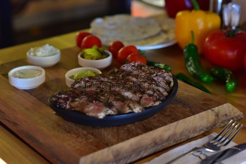 Lancement de turc de viande de boeuf de bifteck photographie stock libre de droits