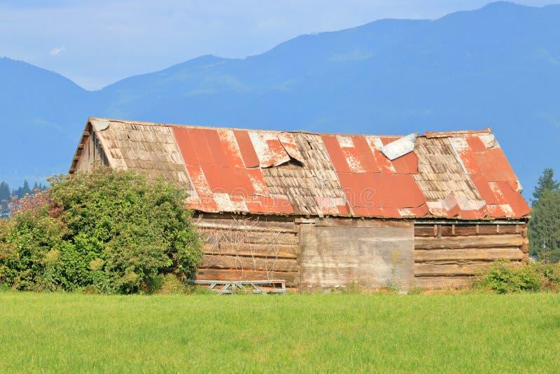 Lancement du bâtiment de ferme en été photographie stock libre de droits