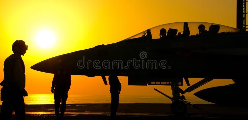 Lancement superbe de coucher du soleil du frelon F-18 photo stock