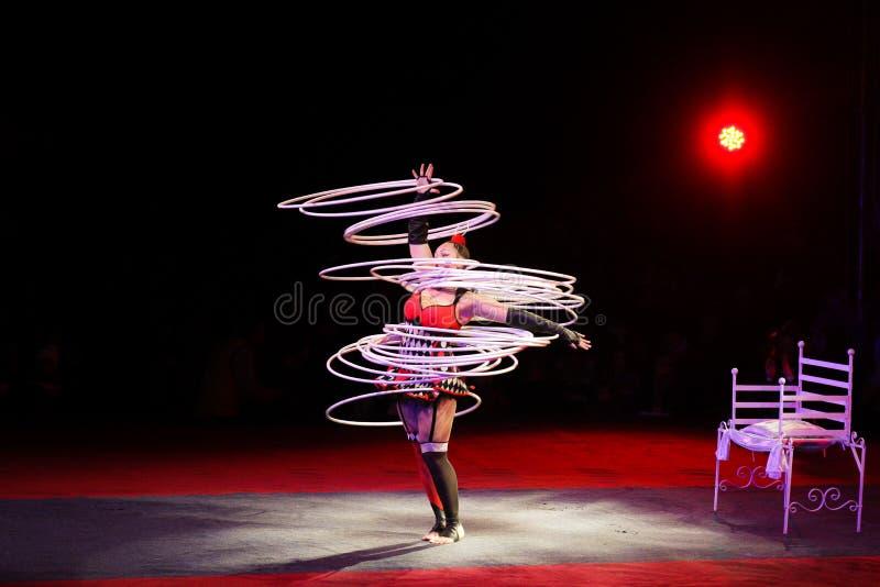 Lances da ginasta no ar 30 aros foto de stock
