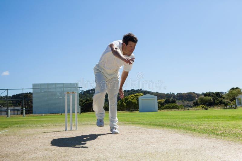 Lanceur livrant la boule pendant le match de cricket image stock