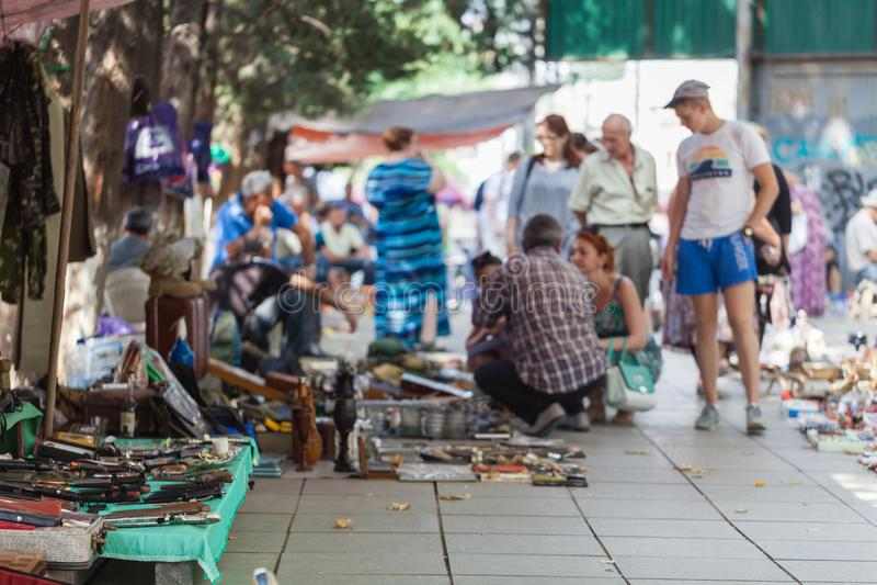 Lancez la botte sur le marché avec des objets beeing en fin de semaine le marché aux puces selled au centre de la ville Visiteurs photos stock