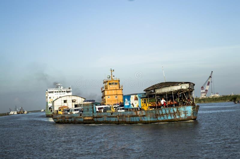 Lancez le ferry en rivière avec le touriste et l'homme d'affaires images stock