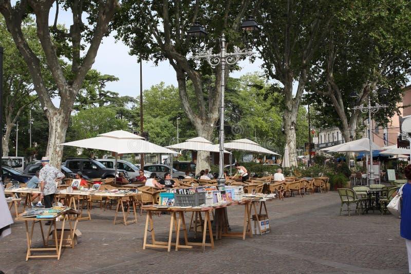 Lancez le support sur le marché dans la place centrale de la ville française de Pezenas, France photo stock