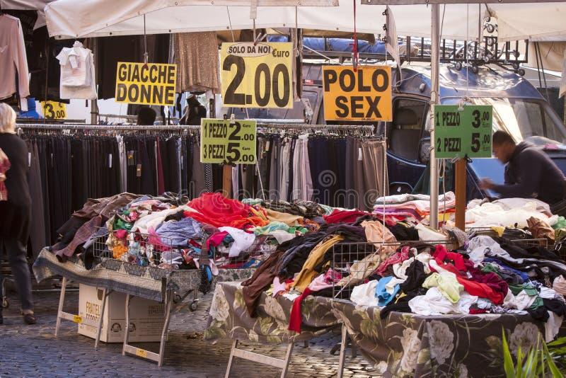 Lancez les vêtements sur le marché utilisés en Piazza Campo de Fiori à Rome (Italie) photo stock