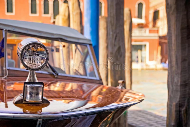 Lancha de carreras de madera en Grand Canal, Venecia, Italia de los años 60 del vintage imagen de archivo