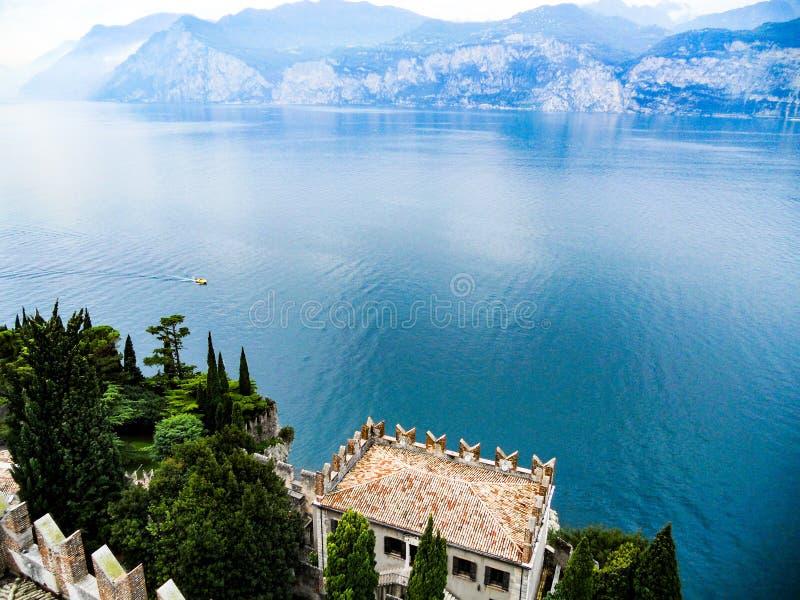 Lancha de carreras en el lago Garda del castillo, Italia imagen de archivo libre de regalías