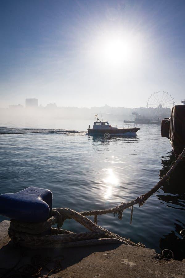Lancha de carreras de España Andalucía Málaga en el Tau del puerto con el barco del embarcadero foto de archivo libre de regalías