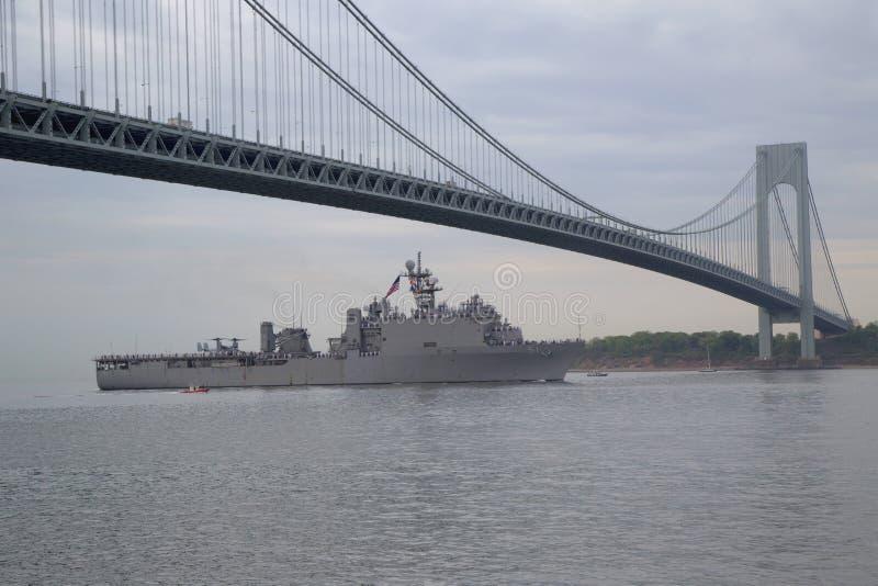 Lancha de desembarco de muelle de USS Oak Hill de la marina de guerra de Estados Unidos durante el desfile de naves en la semana  imágenes de archivo libres de regalías