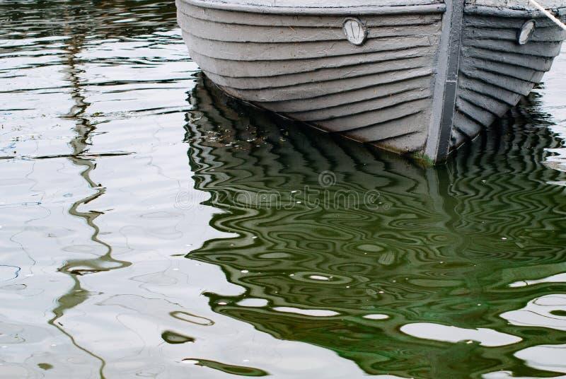 Lancha de madera vieja en el agua, foto de archivo