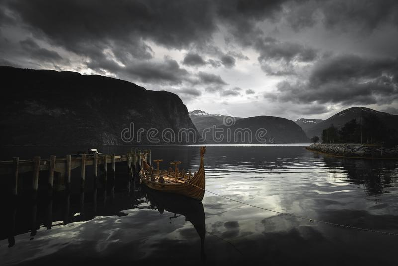Lancha - el barco de madera de vikingo en Norddalsfjorden en Noruega media imagen de archivo