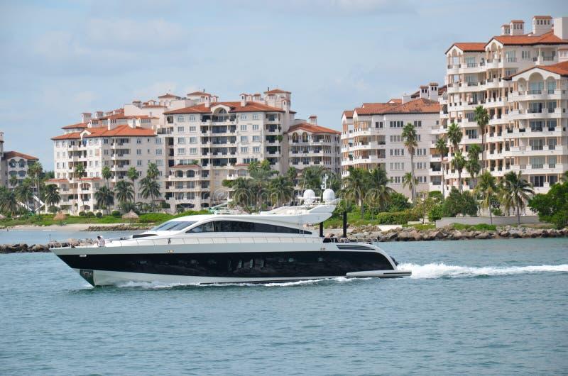 Lancha luxuosa que compete em Miami Beach fotos de stock royalty free