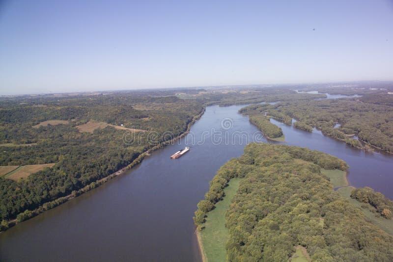 Lancha a remolque en el río Misisipi - Illinois foto de archivo libre de regalías