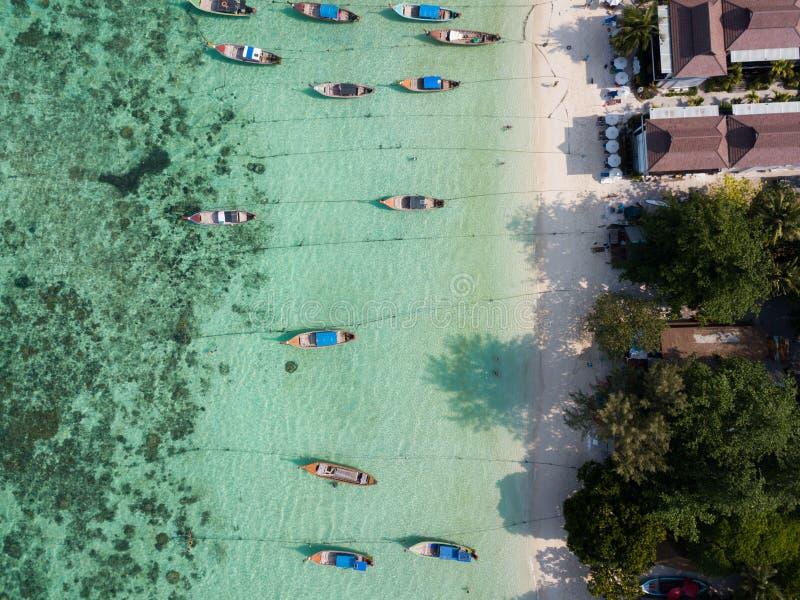Lanchas en el mar de Andaman de la playa de Koh Lipe, fotos de archivo