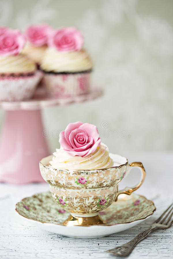 Lanche com queques cor-de-rosa fotografia de stock royalty free