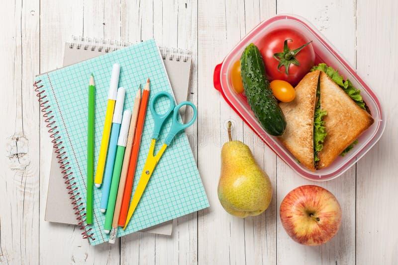 Lancheira com sanduíche e vegetal, frutos, fontes de escola imagens de stock royalty free