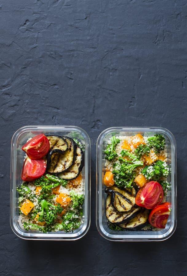 Lancheira do vegetariano Os brócolis, abóbora, salada do cuscuz, grelharam a beringela e os tomates Conceito do alimento da casa  imagens de stock