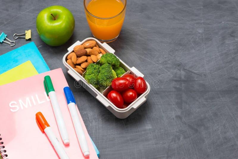 Lancheira para a escola, arroz envolvido na alga com salsicha, ovo e maçã Vista superior foto de stock