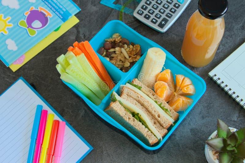 Lancheira saudável para a escola com ingredientds crus fotografia de stock