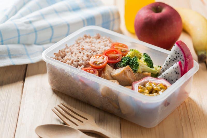 Lancheiras saudáveis no pacote plástico, no peito de frango grelhado com brócolis, no tomate e no fruto de paixão, fruto do dragã fotos de stock royalty free