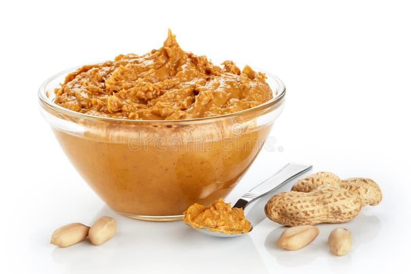 Lanci con burro di arachidi e le arachidi isolati su fondo bianco fotografie stock libere da diritti