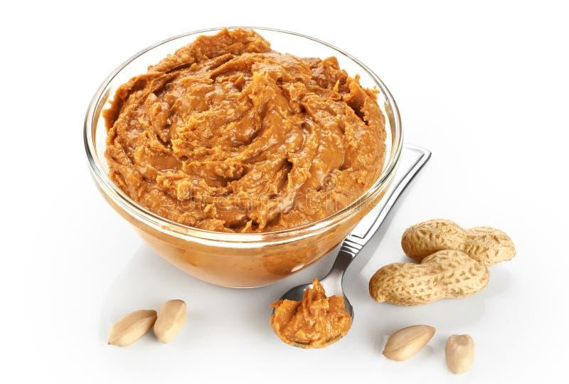 Lanci con burro di arachidi e le arachidi isolati su fondo bianco fotografia stock libera da diritti