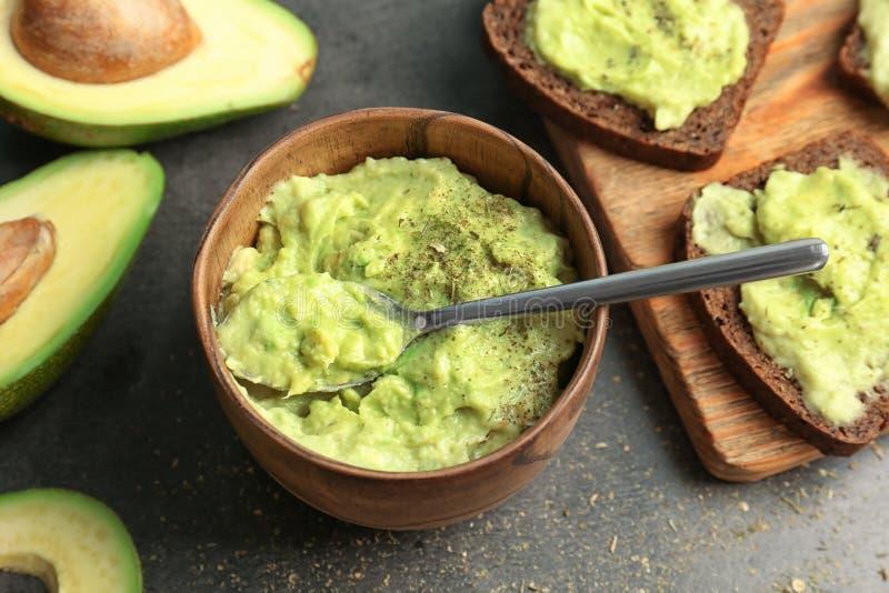 Lanci con guacamole fatto dell'avocado sulla tavola fotografia stock libera da diritti