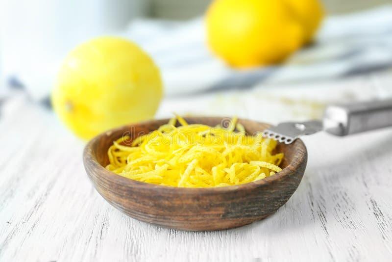 Lanci con la scorza di limone fresca e l'utensile speciale fotografia stock