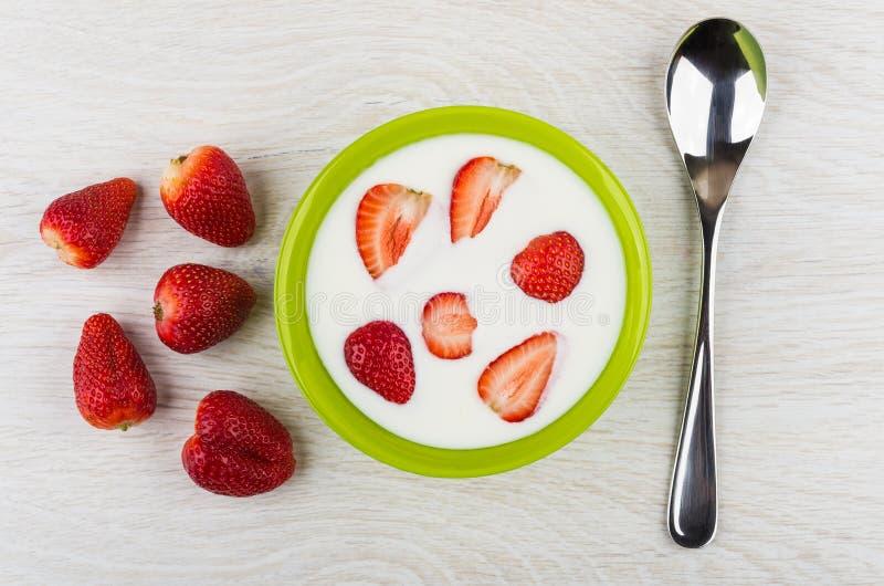 Lanci con yogurt ed i pezzi di fragole, di fragole e di PS immagine stock