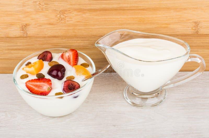 Lanci con yogurt, i pezzi dell'albicocca, le ciliege e le fragole immagine stock
