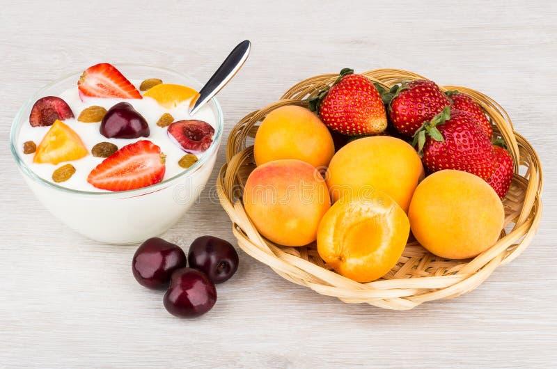 Lanci con yogurt, i pezzi dell'albicocca, le ciliege e le fragole immagini stock libere da diritti