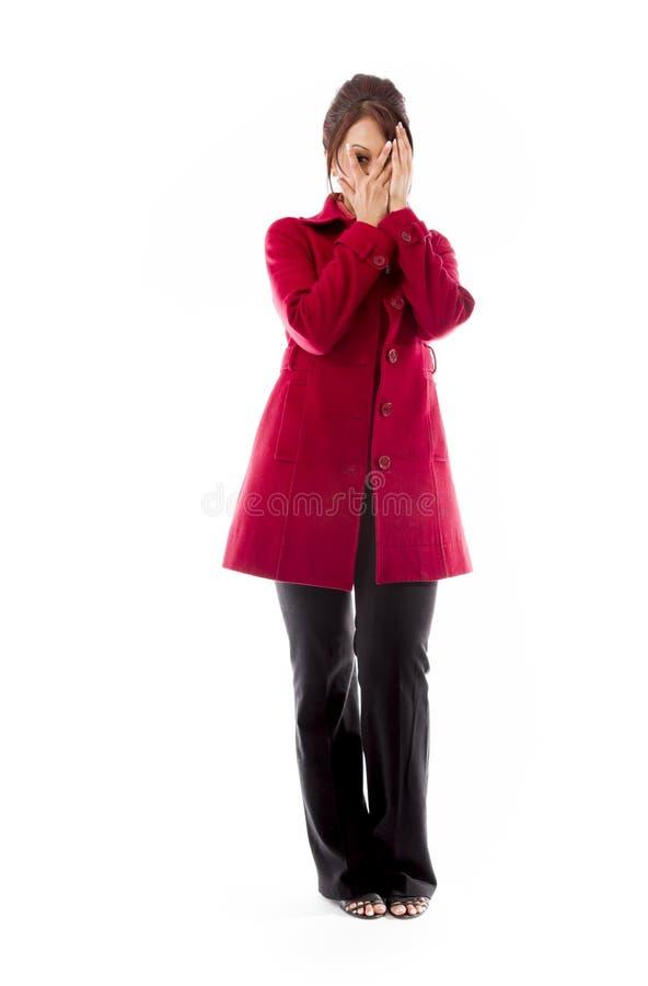 Lanci la giovane donna indiana che dà una occhiata attraverso il fronte coperto isolato su fondo bianco fotografia stock libera da diritti