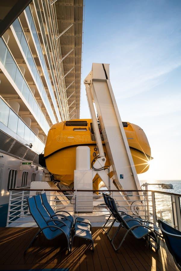 Lancia di salvataggio di sicurezza sulla piattaforma di una nave da crociera fotografia stock