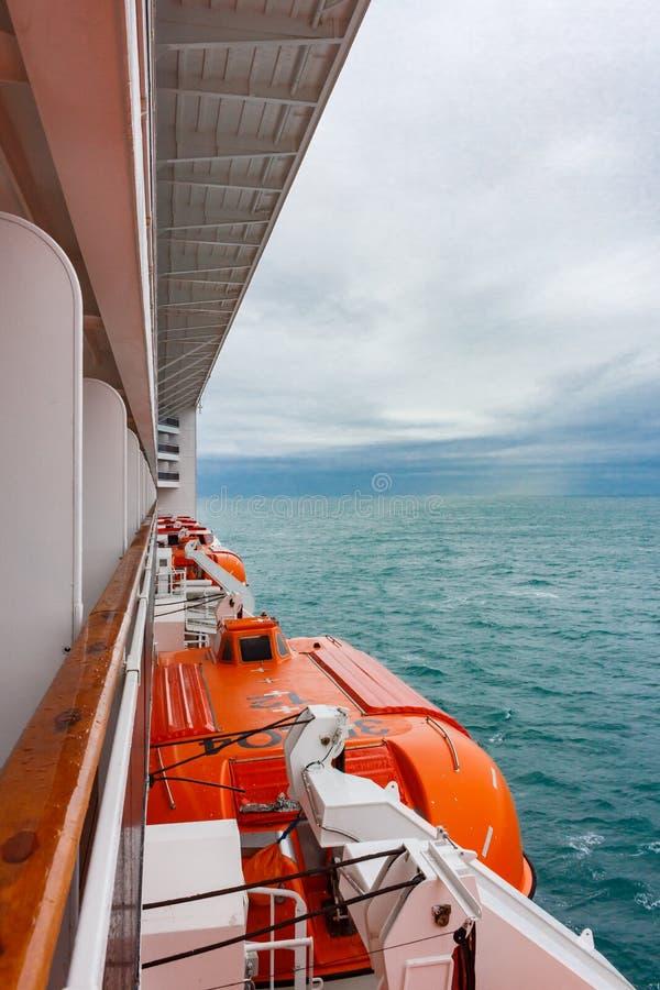 Lancia di salvataggio di sicurezza sulla piattaforma di una nave da crociera Maltempo immagine stock libera da diritti
