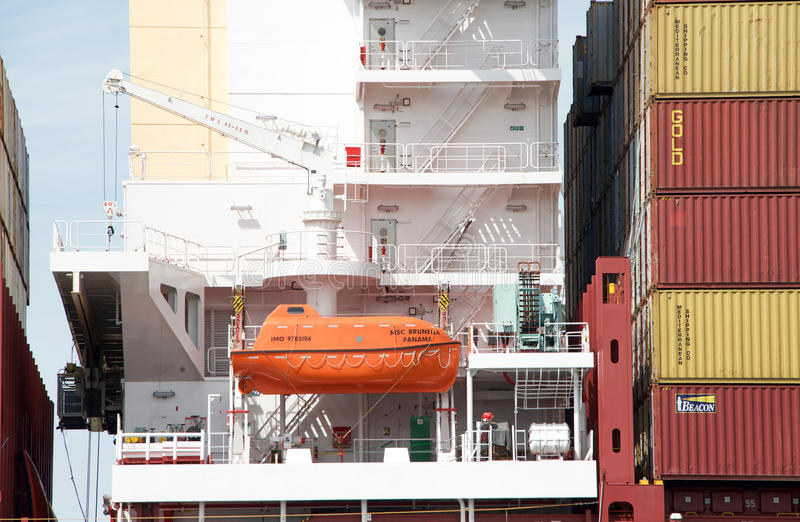 Lancia di salvataggio sulla nave da carico MSC BRUNELLA immagini stock