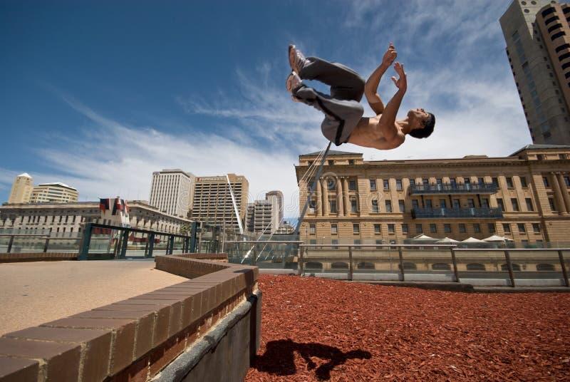 lancia il gymnast fuori dalla parete fotografia stock libera da diritti