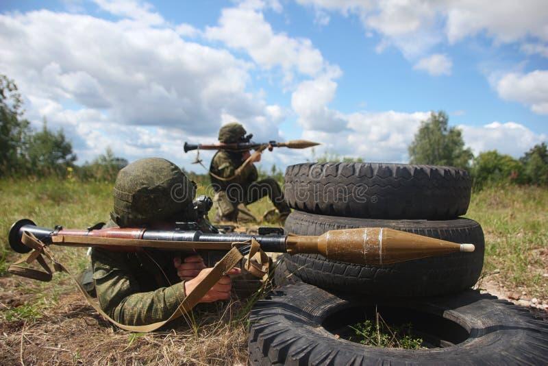 Lanciagranate militari del soldato fotografia stock libera da diritti