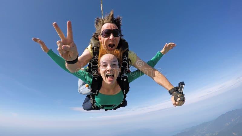 Lanciar in caduta liberasi felicità in tandem immagine stock