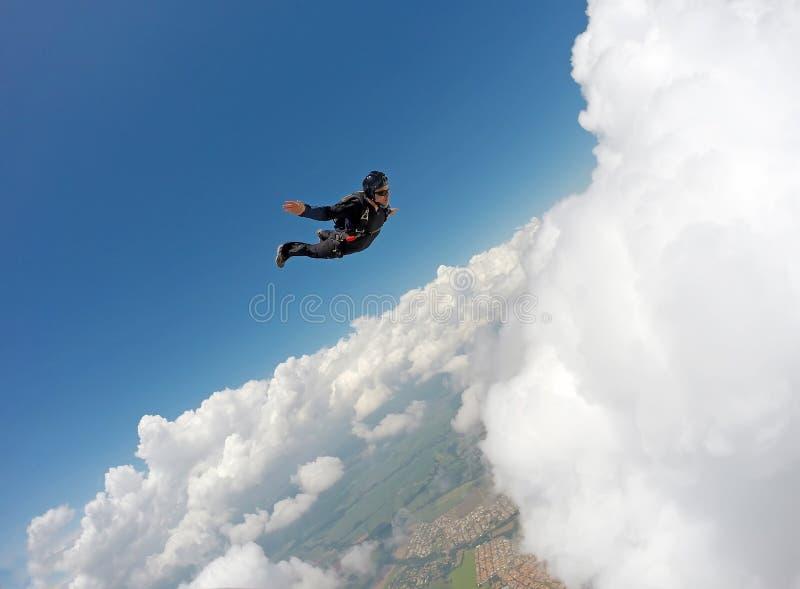 Lanciar in caduta liberasi giorno in tandem della nuvola fotografia stock