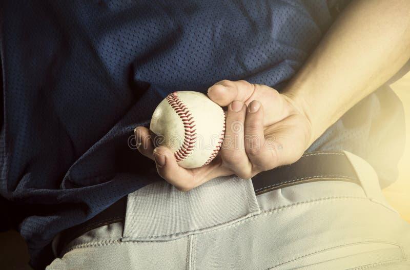 Lanciatore di baseball pronto a lanciare Chiuda su della mano fotografie stock