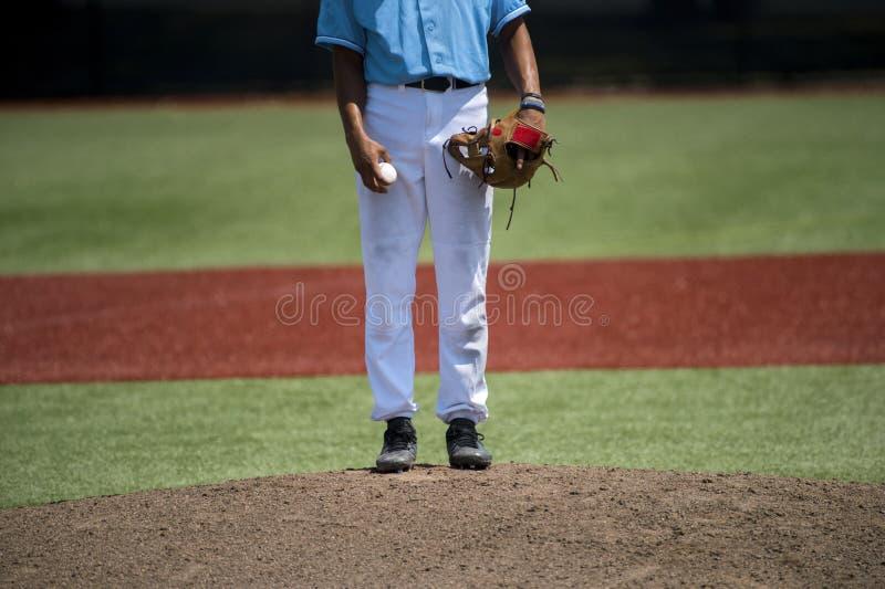 Lanciatore di baseball pronto a lanciare dentro un gioco di baseball di sera fotografie stock libere da diritti