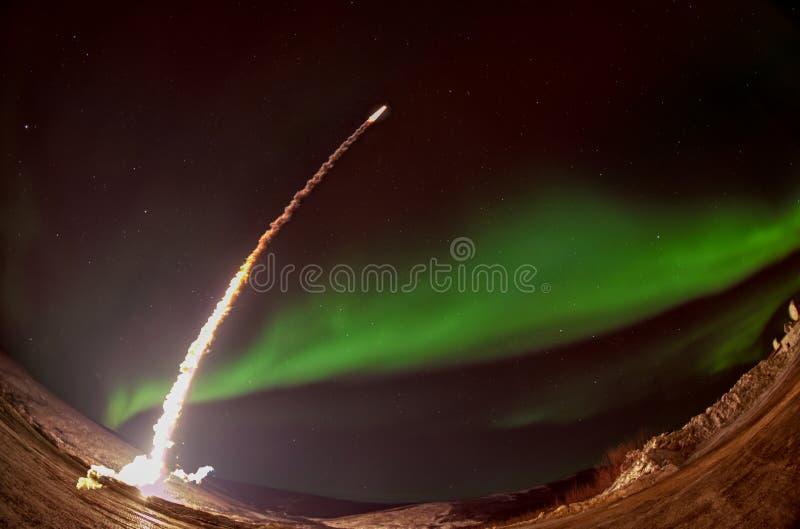 Lancio del missile alla notte con l'aurora polare immagini stock libere da diritti