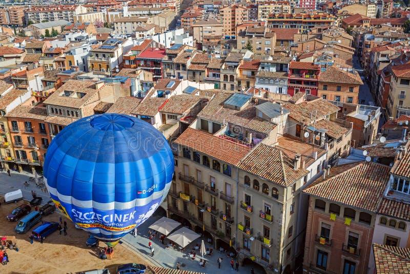 Lancio dell'aerostato sul quadrato principale della città spagnola storica di Vic spain fotografia stock