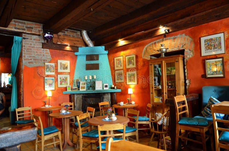 LANCKORONA, POLEN - AUGUSTUS 19, 2017: Restaurant in historisch stadscentrum van Lanckorona, poetsmiddeltoevlucht Blokhuis op U w stock foto
