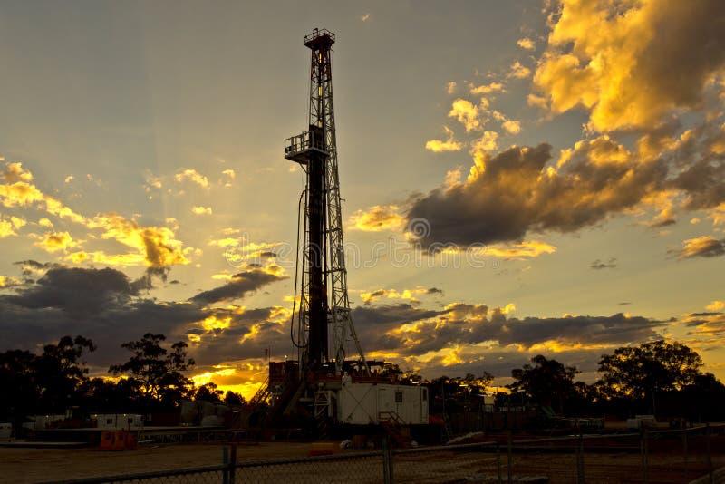 Land-Ölplattform bei Sonnenuntergang lizenzfreie stockfotografie